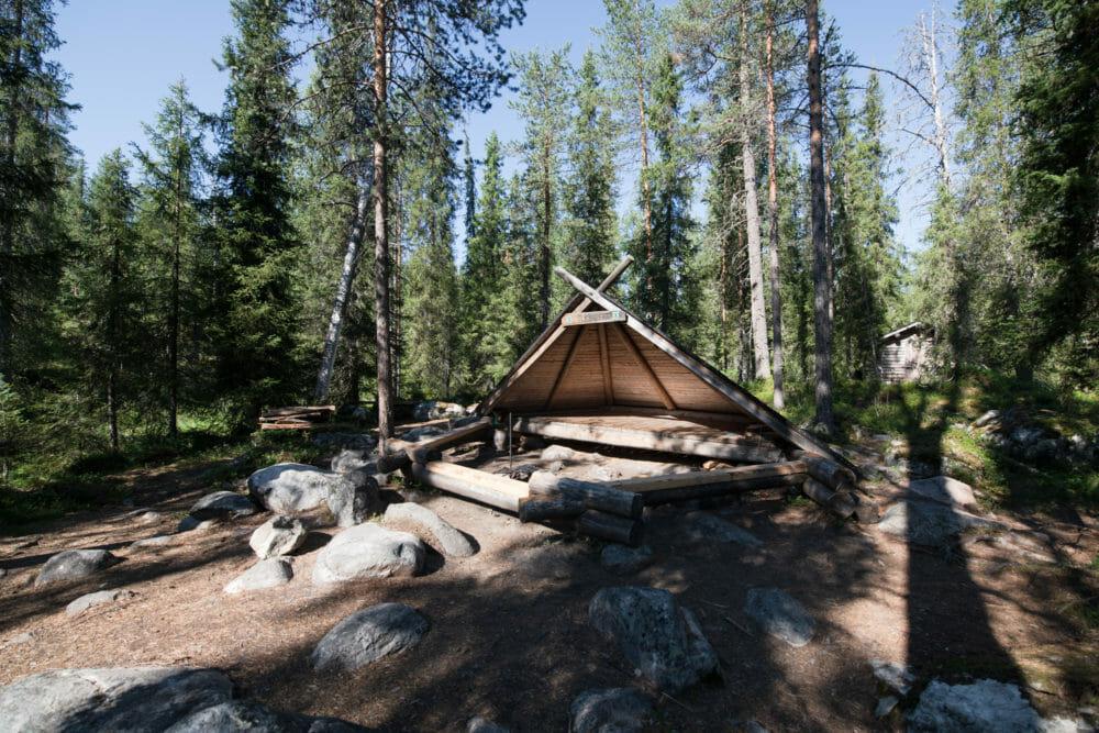 Abri à la journée pour les randonneurs en Laponie finlandaise - Itinéraire de 7 jours en Laponie - Bivouaquer au coeur de la forêt laponne