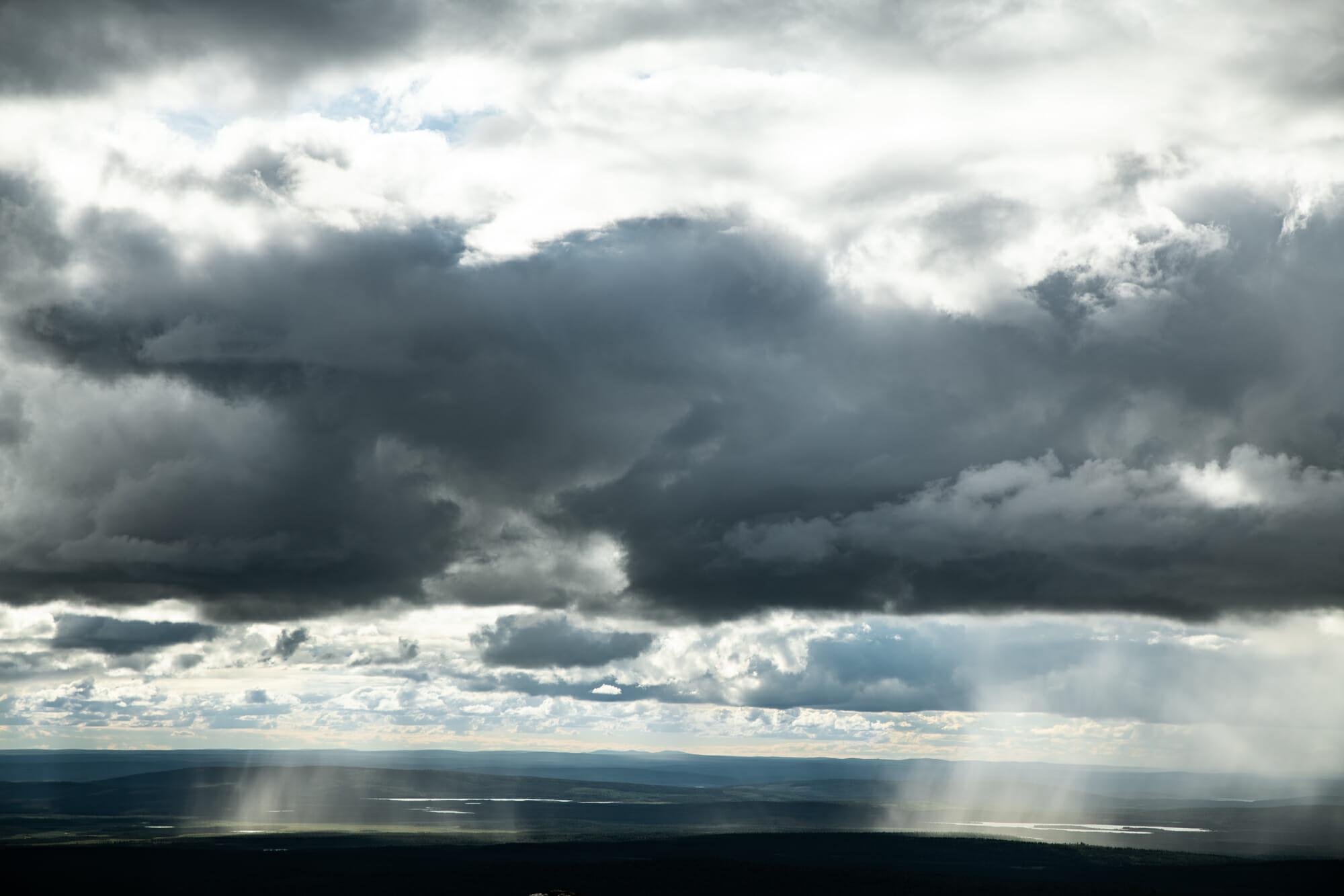 Rideaux de pluie au coeur de Pallastuntunri en Laponie finlandaise