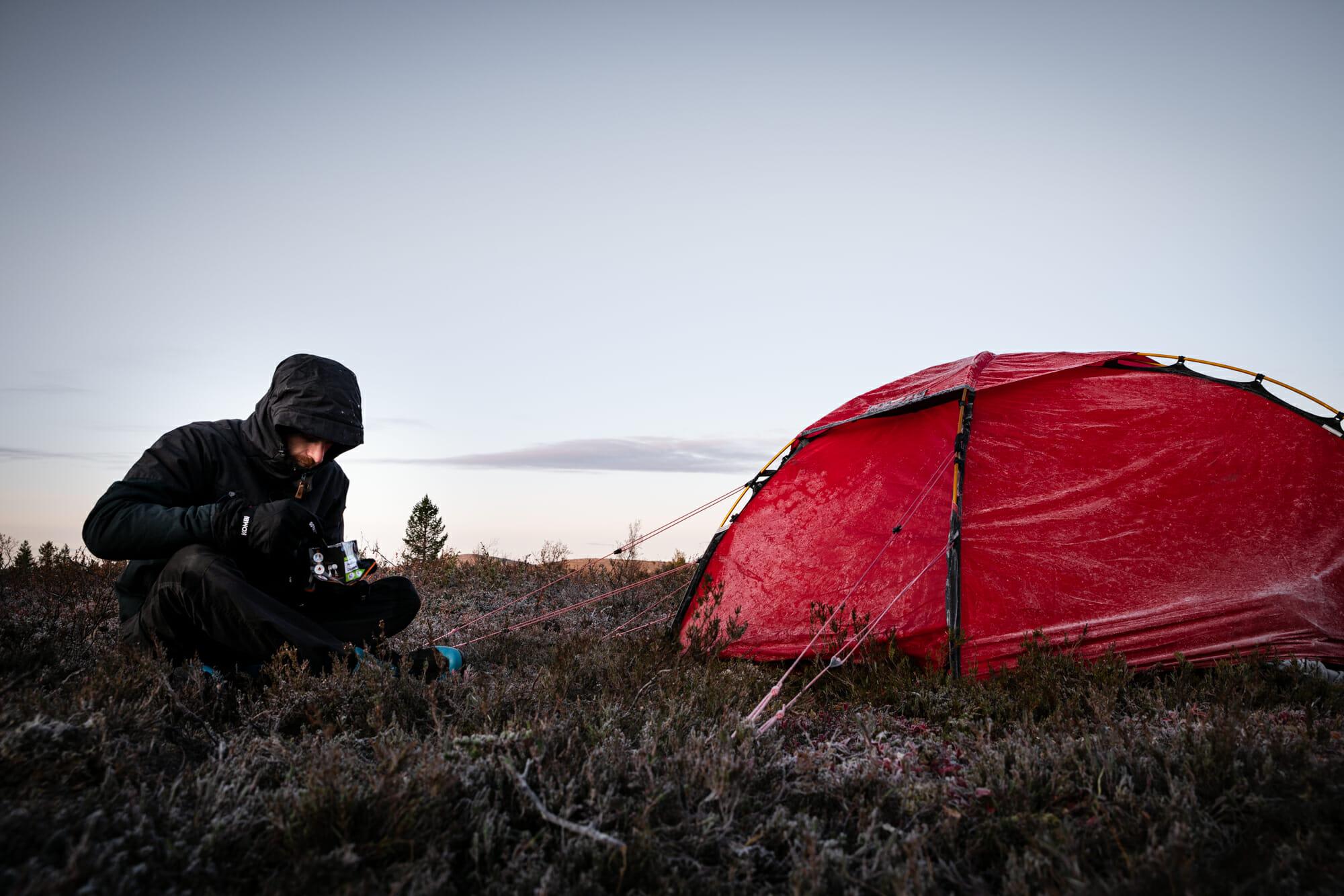 Randonneur en Laponie finlandaise après une nuit glaciale
