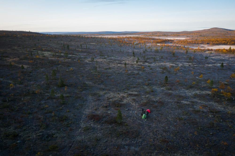 Deux tentes perdues dans l'immensité de la Laponie finlandaise