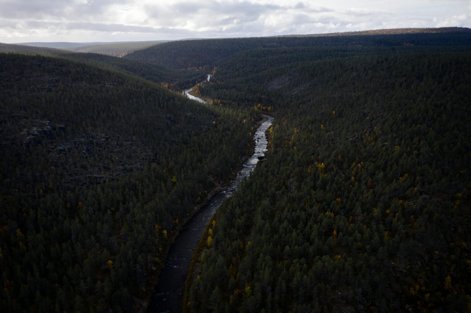 Vue aérienne sur la rivière Ivalojoki en Laponie finlandaise