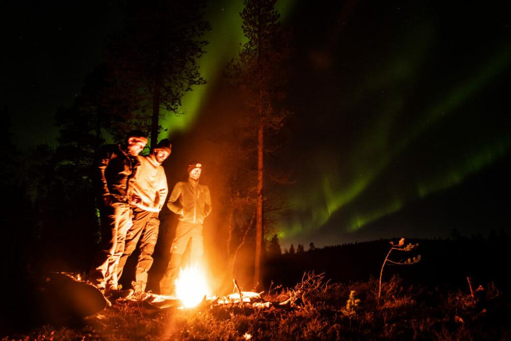 Feu de camps sous les aurores boréales