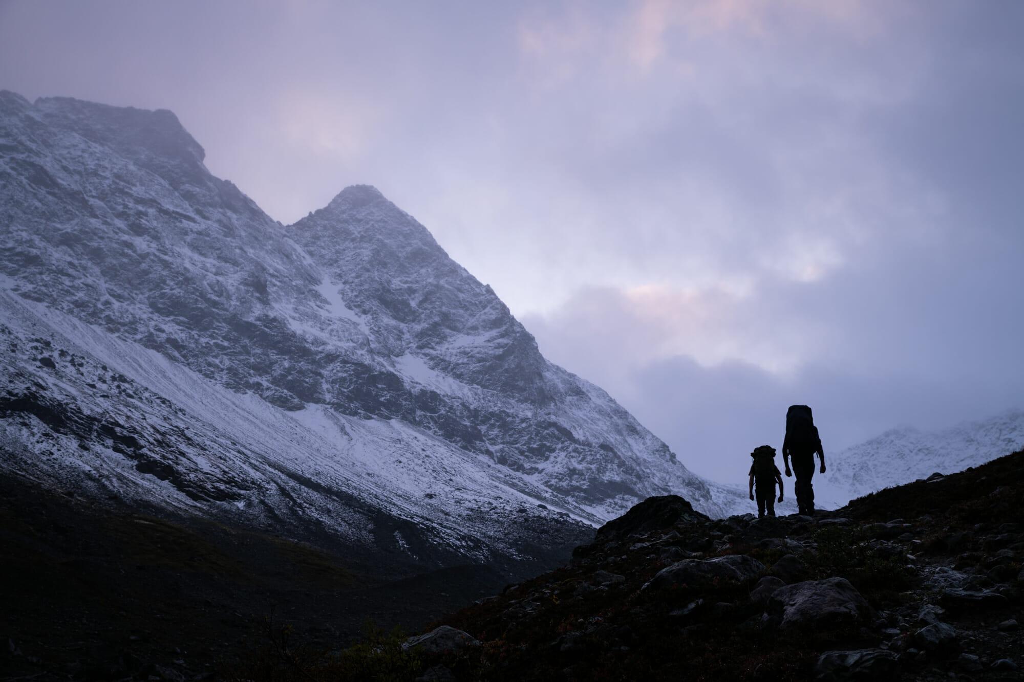 Arrivée à la nuit tombée au glaciert de Steindalen dans les Alpes de Lyngen
