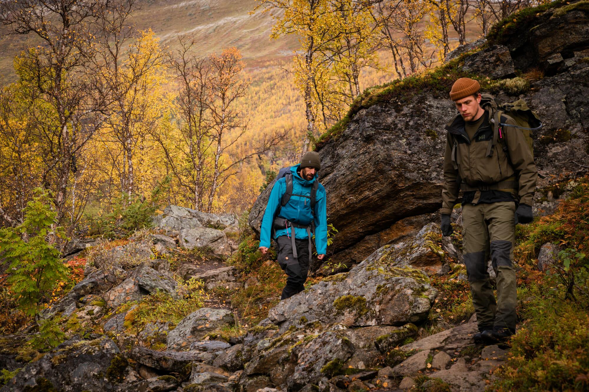 Descente vers le fjord dans les Alpes de Lyngen
