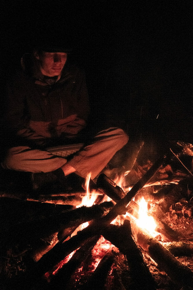Randonneur autour du feu dans la vallée de la Semois