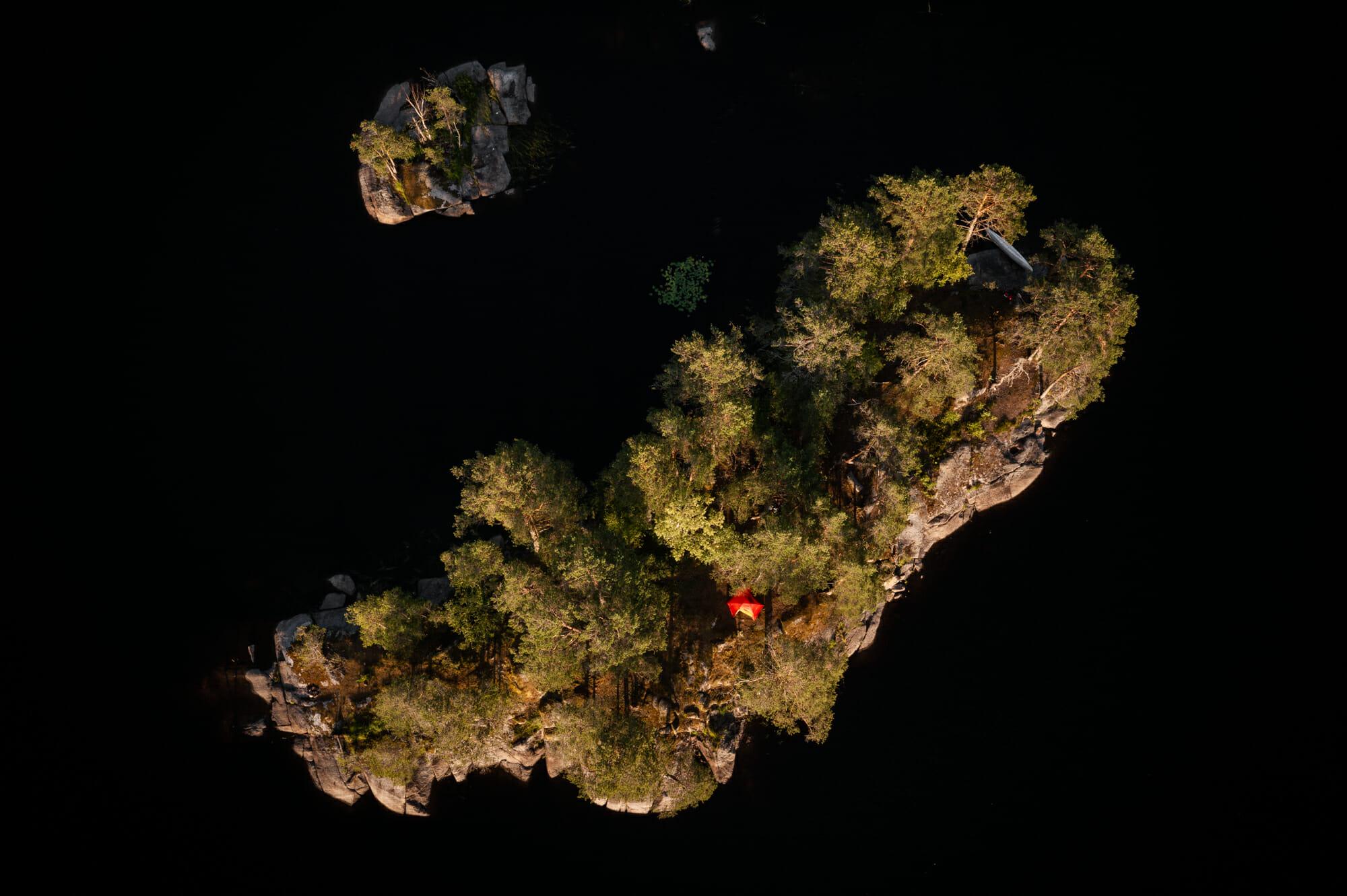 île dans le Värmland avec une tente, bivouac