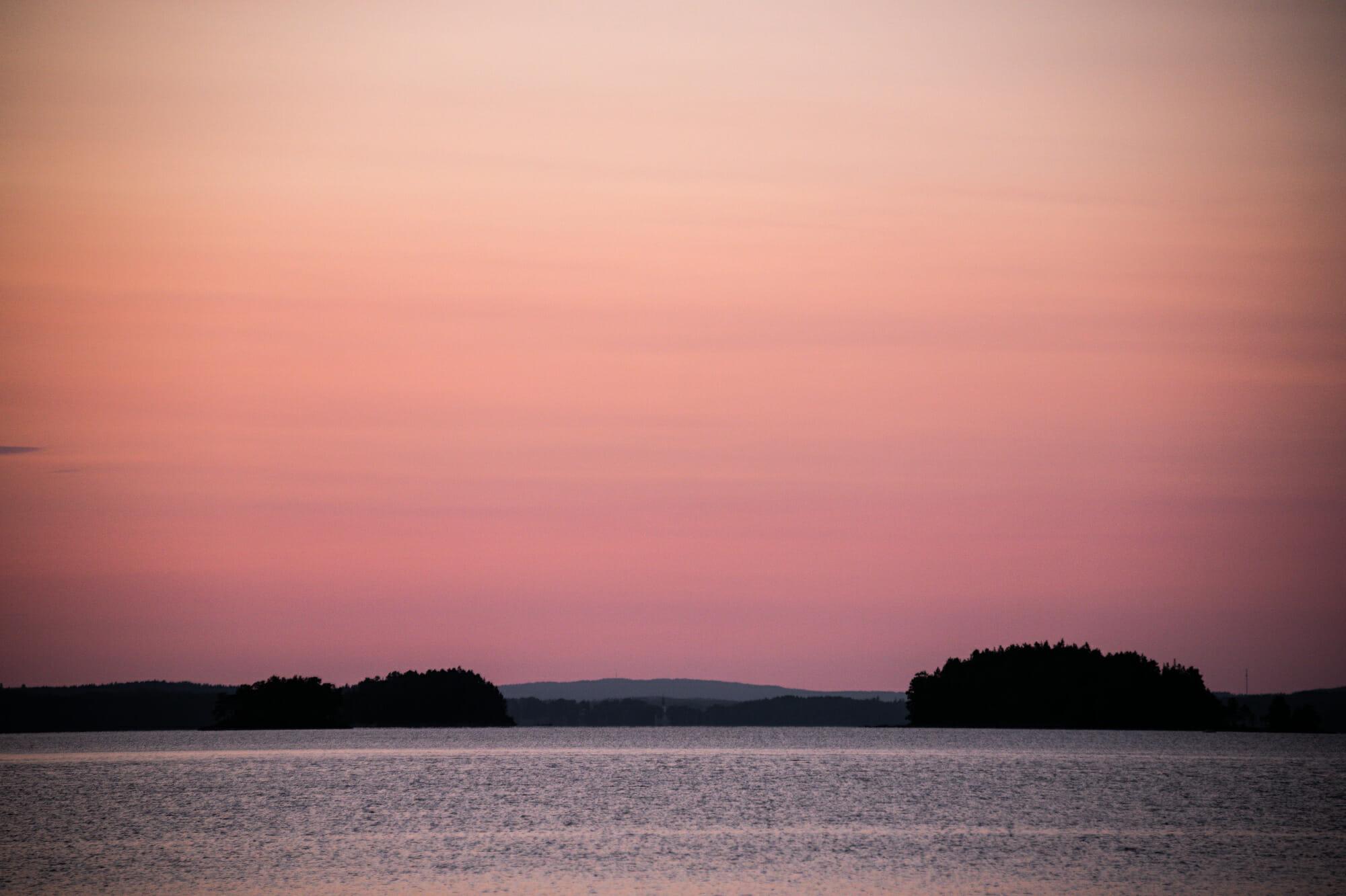 Crépuscule sur le lac Foxen en Suède