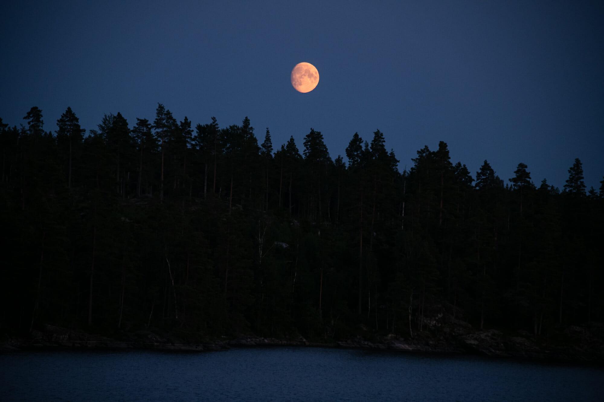 Pleine lune dans le VÄrmland pendant le Canoë Trip